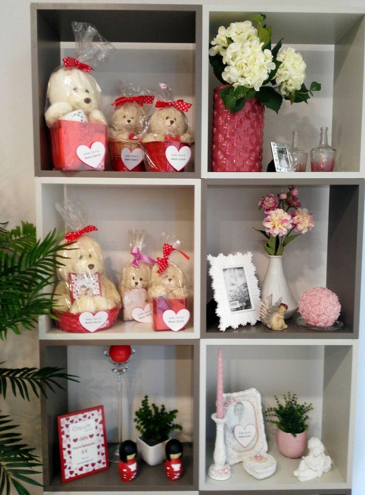 #Escaparate con grandes ideas para #regalar en #SanValentín #regalos #14defebrero #DíadelosEnamorados https://goo.gl/ktTh7s #portafotos #peluches #flores #floresartificiales