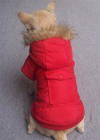 Rød jakke med fuskepels rundt hette. - Hundedesign