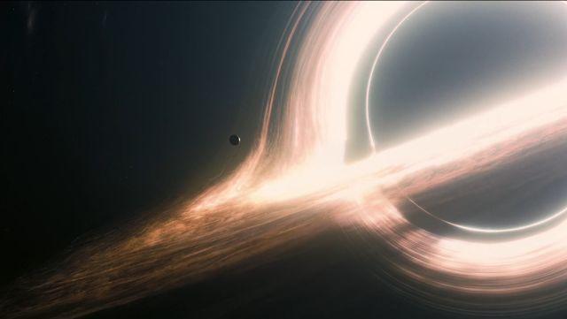 Penggambaran lubang hitam dalam film Interstellar (2014). Kredit: Warner Bros Pictures   SpaceNesia - Ingin tahu seperti apa wujud luban...
