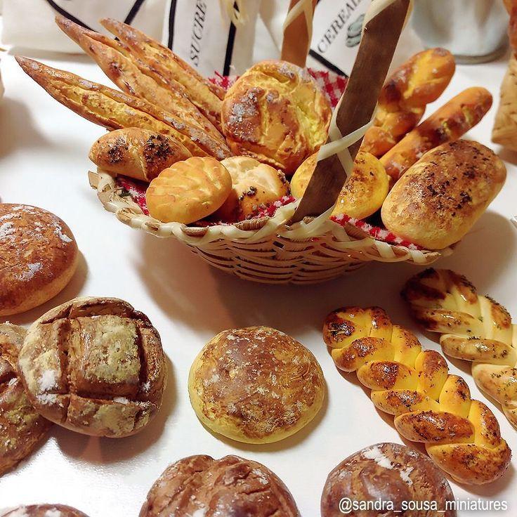 Pães e outras guloseimas miniaturas que fiz nestes últimos dias.   .  #miniatureart #miniaturefood #dollhouse #dollhouseminiatures #food #fakefood #polymerclay #miniature #art #artist #fimo #clay #sandra_sousa_miniatures #bread #pastries #pastry #pão #guloseimas