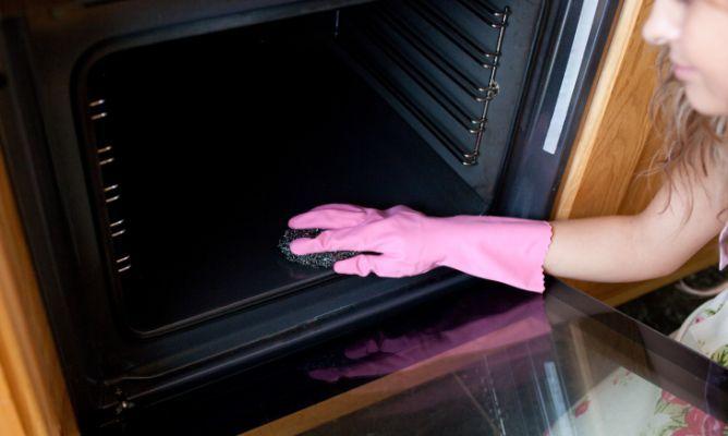 Diez trucos para limpiar el horno