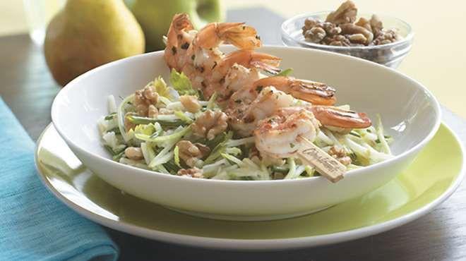 Pommes et poires en salade avec crevettes au chili et à la lime   Recettes IGA   Barbecue, Fruits, Recette facile