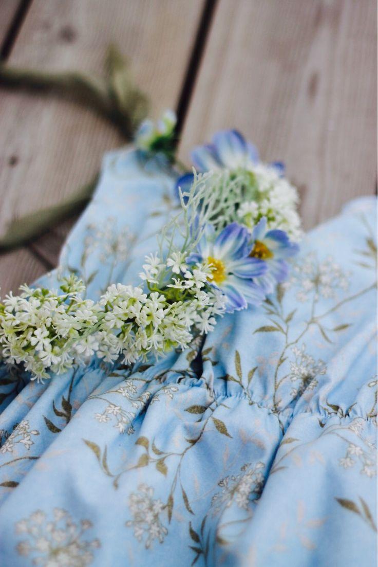 Light like clouds...🍃 Buy here:https://www.etsy.com/no-en/listing/532392911/blue-sitter-romperflower-crown-baby-girl