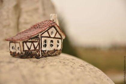 Домик с хозяйством! - коричневый,дом,домик,миниатюра,статуэтка,село,хата