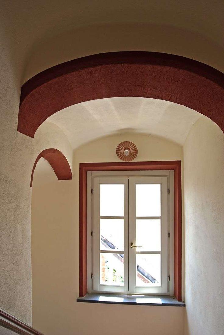 Abbinamenti colori pareti - Dettagli bordeaux sulle pareti chiare