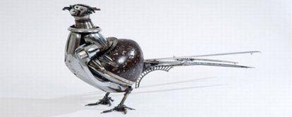 piezas_de_coches Cuando piezas inservibles vuelven a cobrar vida.   James Corbett, es un artista australiano que se dedica a hacer obras de arte a partir de algo tan peculiar como piezas de coches antiguos. Sin duda un artista del reciclaje.     Nacido en Queensland, lleva esculpiendo obras con piezas de coche desde 1999, aprovechando su negocio de reciclaje de automóviles, y desde entonces sus obras han recorrido multitud de países en multitud de exposiciones.