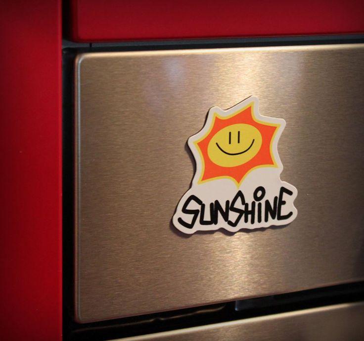 Quando andate a Barcellona o a Sydney, tornate sicuro con un magnete. E allora perché non dovreste farlo quando avete avuto la fortuna di visitare il pianeta Sunshine? Calamita Sunshine Logo.