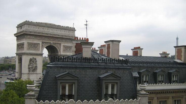 9925 euros le m² : le prix moyen du m² près de l'Arc de Triomphe est 25% supérieur à celui à Paris et 5% inférieur à celui dans le VIIIe arrondissement où se situe le 10e monument el plus visité en 2015 à Paris (près d'1,8 million de touristes).