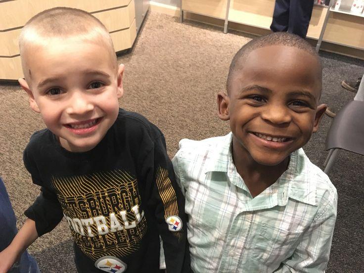 Jax, de 5 anos, sugeriu que corte de cabelo fosse igual ao de amigo negro. Mãe compartilhou caso no Facebook para mostrar que crianças só desenvolvem preconceito quando são ensinadas a segregar.