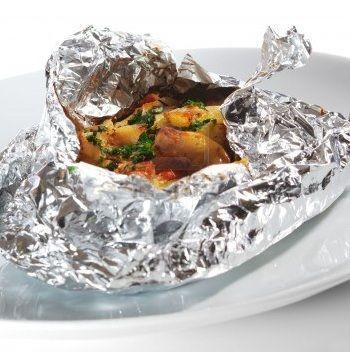 Filet de poisson cuit au four en papillote avec des legumes