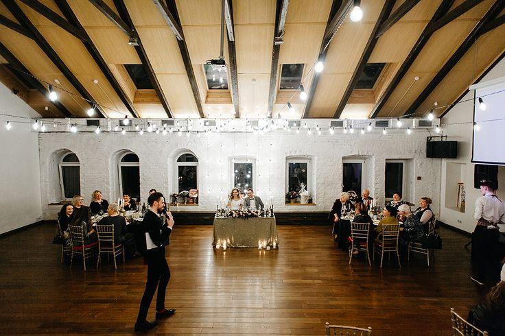 Зимняя свадьба - это всегда очень уютный и атмосферный праздник! Для оформления мы использовали ретро-гирлянды, насыщенные зимние цвета и сверкающее золото. gold wedding, winter wedding, loft wedding