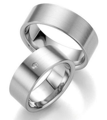 Trauringe Brisbane  Edelstahlringe  Damenring mit 1 Diamanten, 0,02 ct,  Ringbreite: 8,0 mm,  Stärke: ca. 1,8 mm,  Oberfläche: strichmattiert
