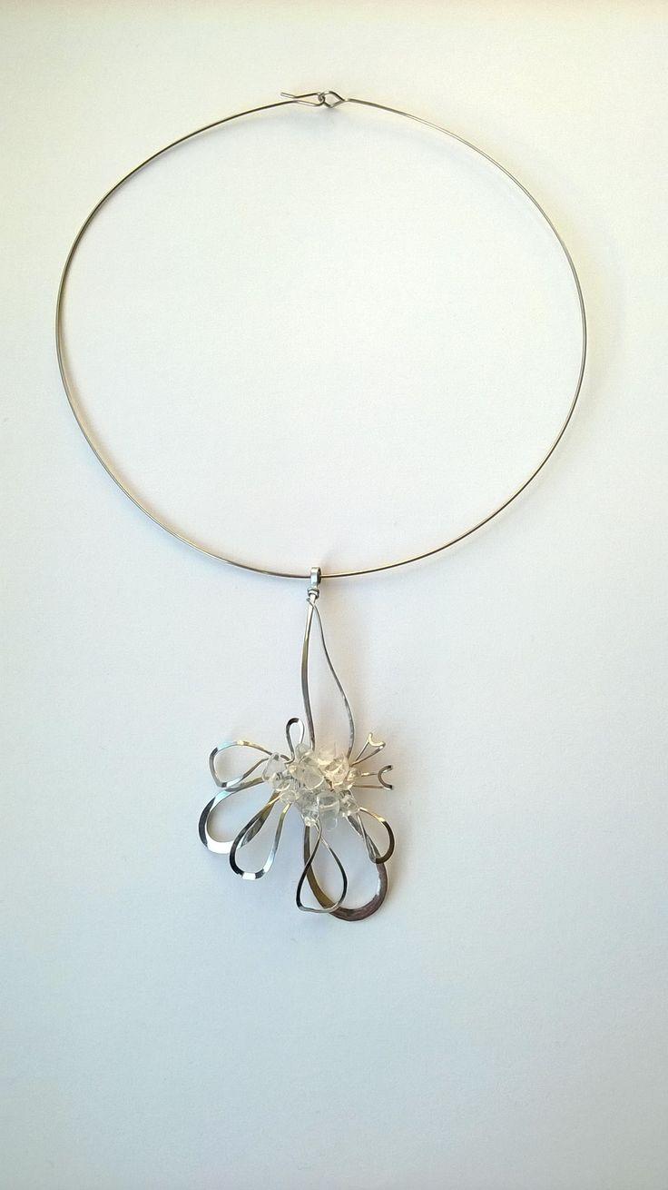 """Přívěsek+PR9K+""""Křišťálový+květ""""+Autorský+šperk.+Originál,+který+existuje+pouze+vjednom+jediném+exempláři+z+romantické+edice+variací+na+květy.+Vyniká+svou+lehkostí,+kouzelným+prostorovým+tvarem+a+elegantním+výrazem.++Přívěsek+je+celý+vyroben+ručně.+Tepaný,+ohýbaný,+tvarovaný+z+chirurgických+drátů+o+třech+různých+tloušťkách.+Ocelové+REDA+dráty..."""