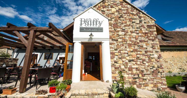 A gasztrofalu Köveskál nyugati faluszélén található Pálffy borterasz egy szempontból biztos veri a többi népszerű köveskáli helyet. Az épület mellőli kis dombról belátni...