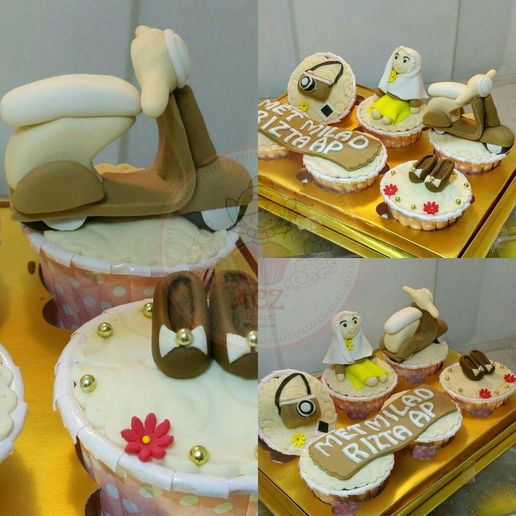 Look at that cute #vespa #matic #highheels #camera cupcake