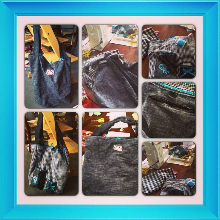 Zelfgemaakte tas van spijkerstof en een stofje met een blauw/wit ruitje aan de andere zijde. Leuke details zoals een fel turqoise /blauw biesje en strijkemblemen. Hengsels ook gemaakt van spijkerstof. En een vakje met rits aan de zijde met spijkerstof. Leuke aan beide zijden te gebruiken! #sewing #DIY #naaien #tas