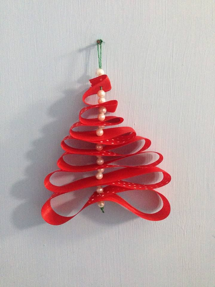albero di Natale con nastro rosso e perline