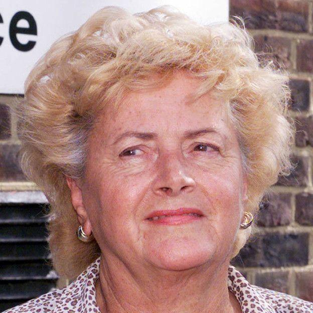 """""""Un tesoro nacional"""" y """"una arquetípica excéntrica inglesa"""". Así describe un amigo de la familia a Cynthia Payne, la regenta de uno de los burdeles más populares en Inglaterra que falleció este domingo a los 82 años."""