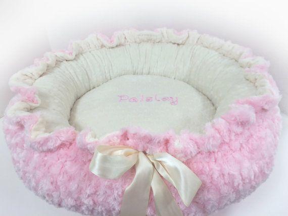 Cama para mascotas recomendada: Nuestra cama de mascota rosa tiene un diseñador dentro de Minky y diseñador Minky exterior que es Reversible. Nuestras camas de mascotas de alta costura son hechos a mano en los Estados Unidos y mide aproximadamente 25 x 25 cuando el lazo se toma hacia fuera. Nuestras camas de mascotas son de generosas dimensiones y puede ser utilizados como su cachorro crece y a menudo se convierten en un tesoro. Ofrecemos una variedad de divertidas y frescas impresiones…