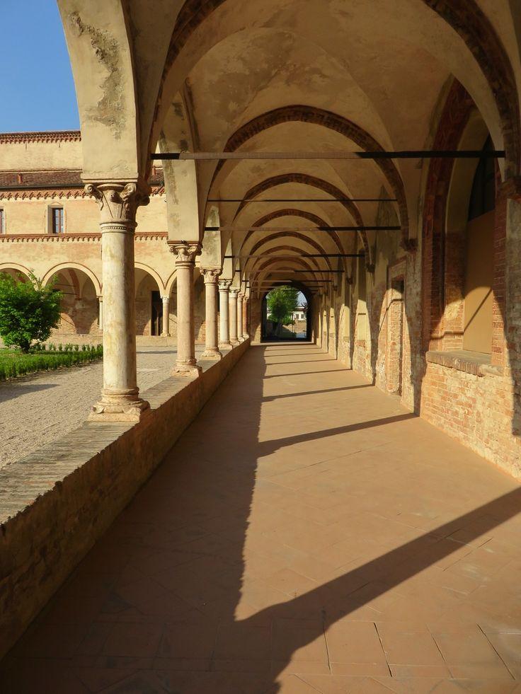 Due passi nel chiostro, per ritornare a ritmi più lenti, più umani.  Abbazia di San Benedetto in Polirone, San Benedetto Po, Mantova, Lombardia