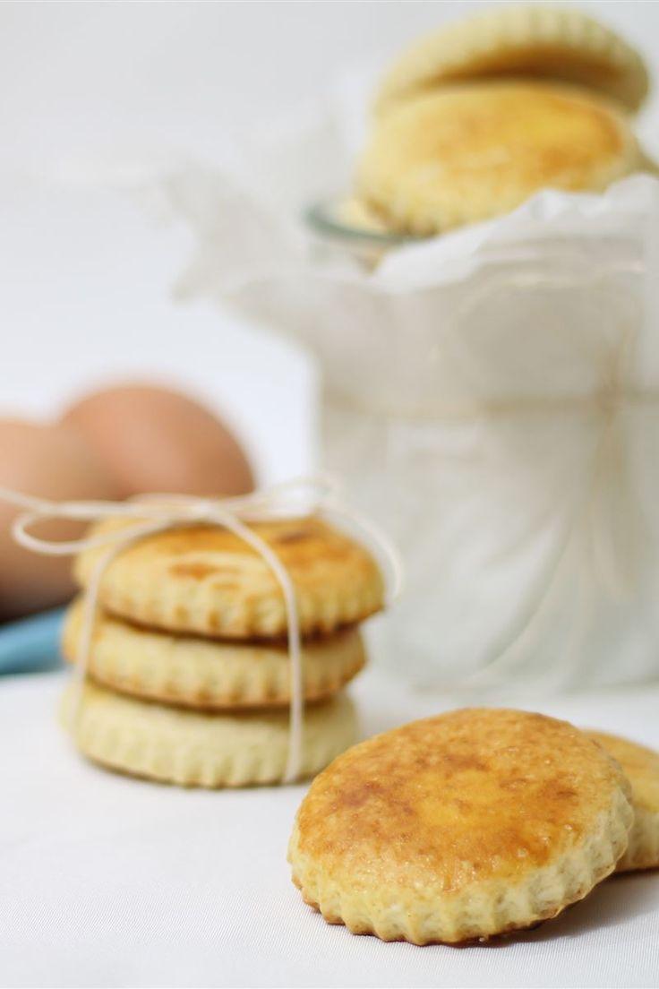 I biscotti all'uovo sono dei semplici biscotti realizzati con pochi ingredienti, un impasto a base di farina, zucchero, uova e burro. I biscotti all'uovo sono ottimi per la colazione!