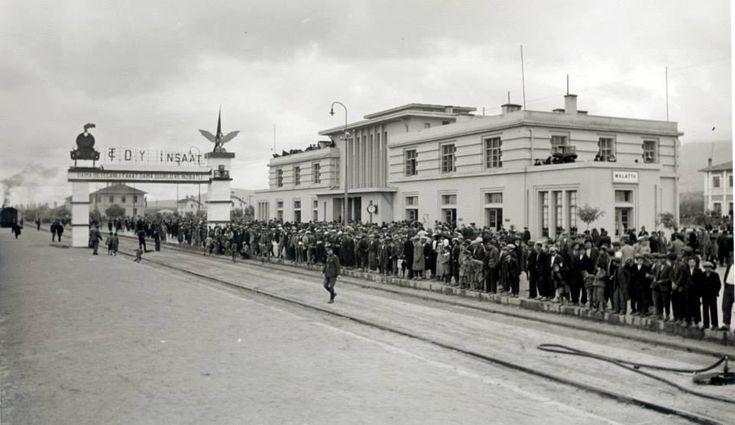 Malatya Tren İstasyonu  14 Kasım 1937... ATATÜRK'ün Malatya ziyareti için karşılamaya gelenler..