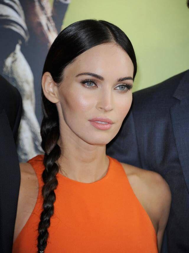 Megan Fox weiß, wie sie ihre Wangenknochen, Stirn, Nase und Kinn mit glänzenden Highlights richtig in Szene setzen kann.