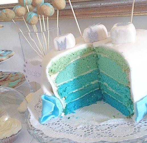 Layer Cake, Gender Release Cake, Babyparty, Fondant Torte, blaue Torte, Regenbogenkuchen, Bisquittorte mit Zitronencreme und Fondant, blau weiße Torte, Bunte Torte. Das Highlight bei jeder Babyparty ist die TORTE :) In meinem Fall war das eine himmelblaue Regenbogengtorte aus Bisquitschichten mit Zitronencreme. Überzogen mit weißem Fondant und einem glitzernden Girlanden Topper. Zutaten: pro Teigbodenschicht (wir haben 5 Schichten verwendet)