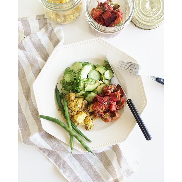 きゅうりとディルのMCTサラダ  きゅうり 1本 ディル  2房ほど アボカド 半分(無くてもOK) MCTオイル(またはエクストラヴァージンオリーブオイル) 大さじ1~ 天然塩  適量 リンゴ酢(またはレモン果汁) 大さじ半ほど ①きゅうりの皮をピーラーで縦じまになるようにむき、アボカドは薄くスライスする。 ②ディルはハサミでチョキチョキ切る。(この便利さはあとで気づいた!) ③オイル、リンゴ酢、天然塩を加えて、全体を和えて出来上がり。少し時間が経つと味がしんなりして、とても美味しいです。