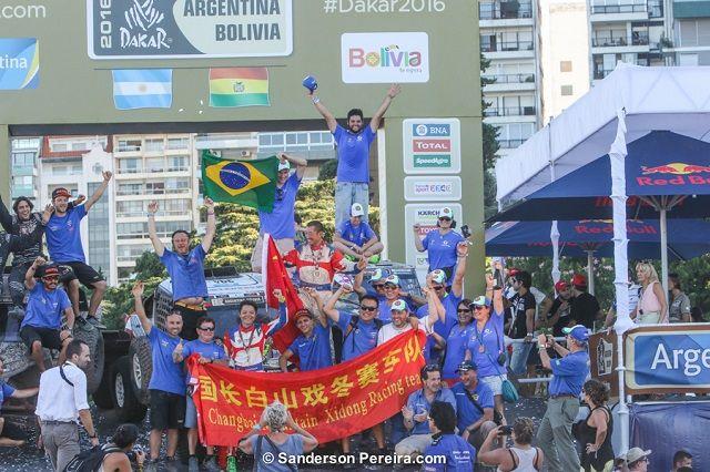 Bandeira brasileira no pódio dos UTVs no Rally Dakar 2016