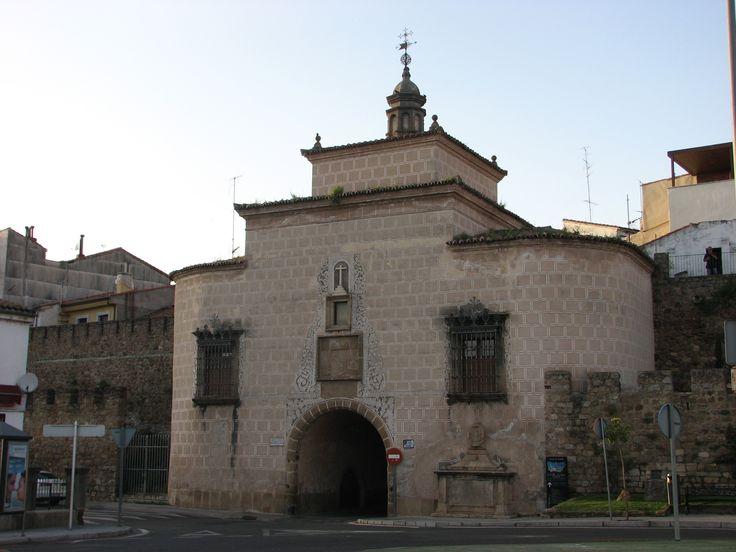 Sobre la Puerta de Trujillo en las murallas de Plasencia se encuentra la ermita de La Salud.