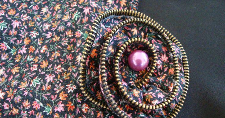 Tutorial : Πώς ανακυκλώνω παλιά φερμουάρ και υπολείμματα υφασμάτων για να φτιάξω καρφίτσες - λουλούδια How to recycle old zippers and sc...