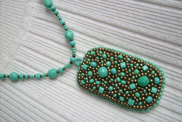 Ny-551. Türkiz zöld, és bronz színű, gyöngy-hímzett medálos nyaklánc. 1200.-Ft.