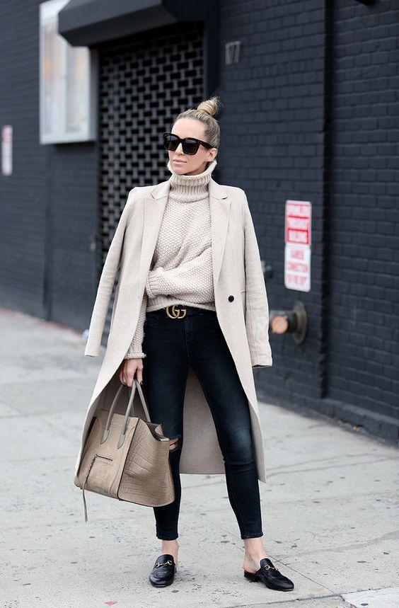 Suéter de tricô, gola alta, maxi casaco bege, cinto gucci, calça jeans preta, gucci loafers