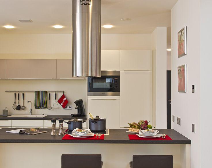 Kochen und gleichzeitig die Familie im Blick - Haus FUTURE Mannheim - offene Küche - Fertighaus WEISS - Plusenergiehaus - Satteldach - cooking