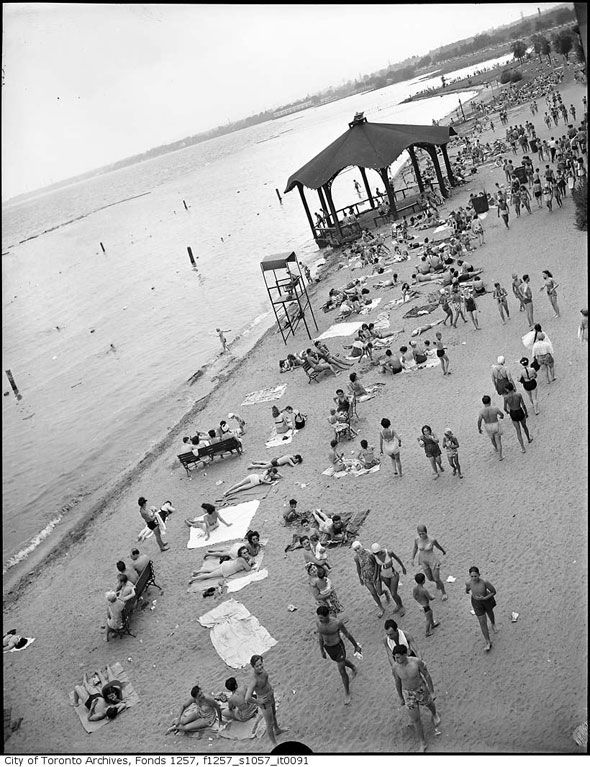 Toronto 1940s Bathers on Sunnyside Beach http://www.blogto.com/city/2015/01/a_1940s_toronto_photo_extravaganza/