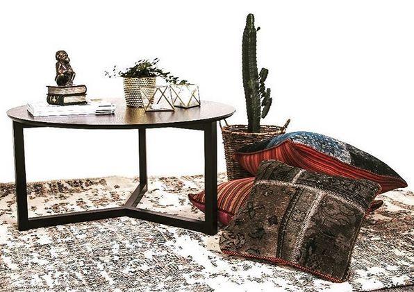 Svart Hjorten soffbord, trä, runt, patchwork kuddar, vintage, matta, persisk, kaktus, vardagsrum, inrending, möbler, grå, mönstrade. http://sweef.se/