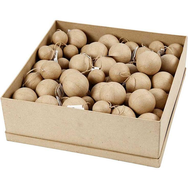 Echoshape kerstballen.   Volle doos kerst ballen van papiermache.   Makkelijke te versieren met decopatch, foamclay, acrylverf, glitters etc.   Inhoud van de doos: totaal 105 stuks, maten verschillen: 4, 5 en 6 cm.   Maat van de kartonnen doos: 37 x 37 x 13 cm.   Prijs per volle doos.