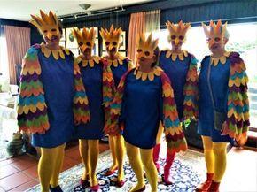 DIY PAPAGEIEN oder FANTASIE VOGEL KOSTÜM. Die selbstgemachten, selbst gebastelten Karnevalskostüme sind doch immer die besten, oder? Hier eine DIY Idee für einen Vogel oder Papageien. Dieses Karneval Kostüm eignet sich für Damen, für Kinder, für Gruppen und sogar für den Straßenkarneval, wenn das Kleid groß genug genäht wird, dass man darunter warme Kleidung anziehen an. Ob Karneval oder Fasching, wir sind bereit!!