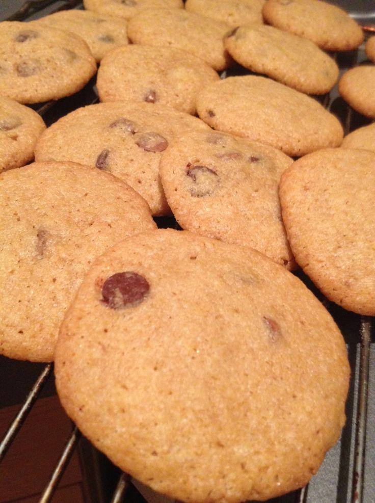 Cookies med havsalt: 100 gram smør- romtemperert 100 gr vanlig sukker 100 gr brunt sukker 1 stort egg(romtemperert) 180 gram hvetemel 1 ts bakepulver 1/2 ts salt- type Maldon eller fingersalt 150 gram chocolate chips eller 70% sjokolade hakket