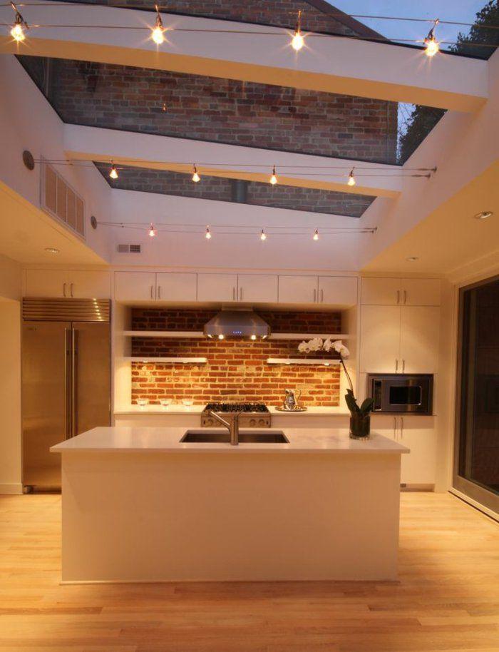 une jolie cuisine avec plafond en verre et un ilot de cuisine pas cher