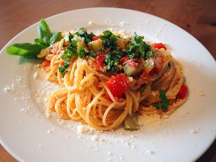 Geht super schnell und ist total lecker: One-Pot-Pasta  Einfach alle Zutaten in einen Topf werfen und fertig ist das leckere Nudelgericht.
