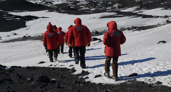 Le sécrétaire d'Etat américain John Kerry et les membres de sa délégation en Antarctique, dans la station américaine de recherche McMurdo, dans la région de l'île de Ross. - MARK RALSTON - POOL/AFP