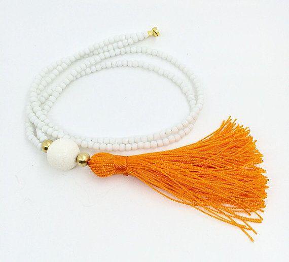 Lange Beaded Halskette - White Halskette - Orange Quaste Halskette dieser Sommer müssen Halskette!! Weiß matt Perlen, runde weiße Schwamm Korallen, Perlen und eine Orange handgemachte Quaste!!  Sie können es jeden Tag tragen und es ist perfekt mit Ihrem Bikini!!  Auch in anderen Farben erhältlich! Schicken Sie mir eine Nachricht so können wir Ihre gewünschte Kombination!!  Besuchen Sie meinen Shop für kleine Dinge ♥ ♥ ♥ http://www.etsy.com/shop/lizaslittlethings?ref=s...