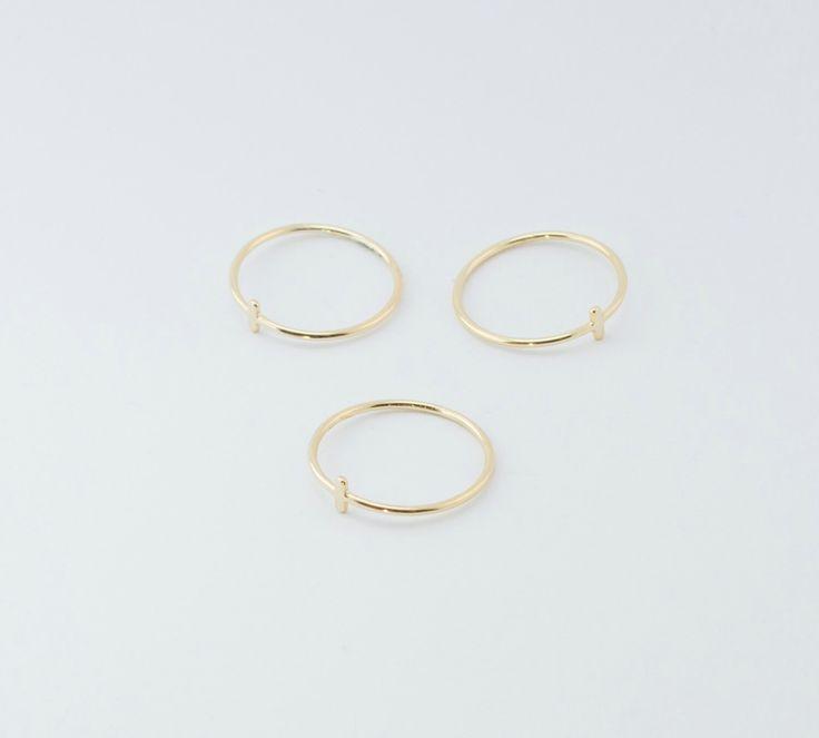 Kleine goud bar ring - enkelvoudige ring - eenvoudige gouden ring - minimalistische sieraden door BohemianSands op Etsy https://www.etsy.com/nl/listing/250413833/kleine-goud-bar-ring-enkelvoudige-ring