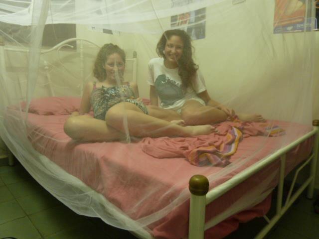 Así se duerme en cuba, con una sábana y mosquitero.