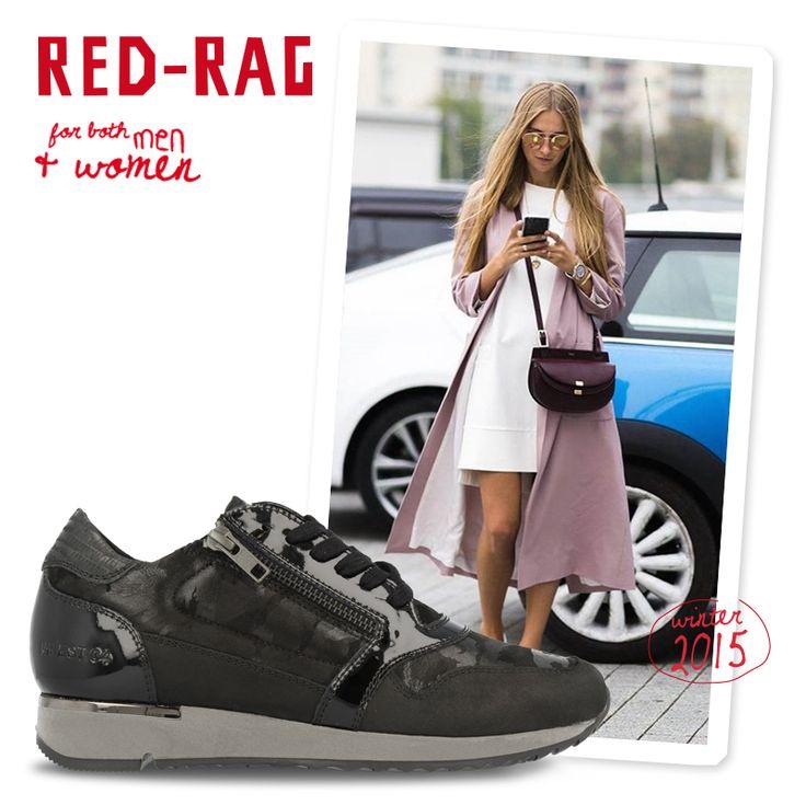 We zien het nu in het straatbeeld; een simpel jurkje gecombineerd met sneakers. Dat wordt helemaal de trend in het voorjaar. Om er nu al aan te wennen, combineer gerust je little black dress met een zwarte panty en de stoere Red-Rag sneakers.