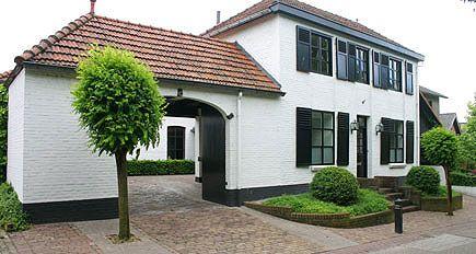 http://www.tuindesign-ten-horn.nl Tuinarchitect - tuinontwerp. Klassieke voortuin en achtertuin met hoogteverschillen bij vrijstaande woning in Limburg.