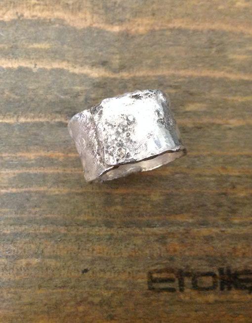 Anello a fascia in argento martellato e bruciato Collezione HandMade by Etoile € 90,00