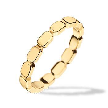 """CHANEL(シャネル)の結婚指輪、プルミエール プロメス リングのご紹介です。パリのヴァンドーム広場の形状に着想を得たコレクション、""""プルミエール プロメス""""。""""シャネル N°5""""のボトルストッパーにも用いられているこの幾何学的な形を、タイムレスなデザインへと昇華。八角形のモチーフが綴られた、シンプルなデザイン。イエローゴールドの輝きが、華やかさを添える。同デザインで、肌馴染みが良く、フェミニンな印象をプラスする、ピンクゴールドのバージョンもあり。【ゼクシィ】なら、CHANEL(シャネル)のマリッジリングも多数掲載中。"""